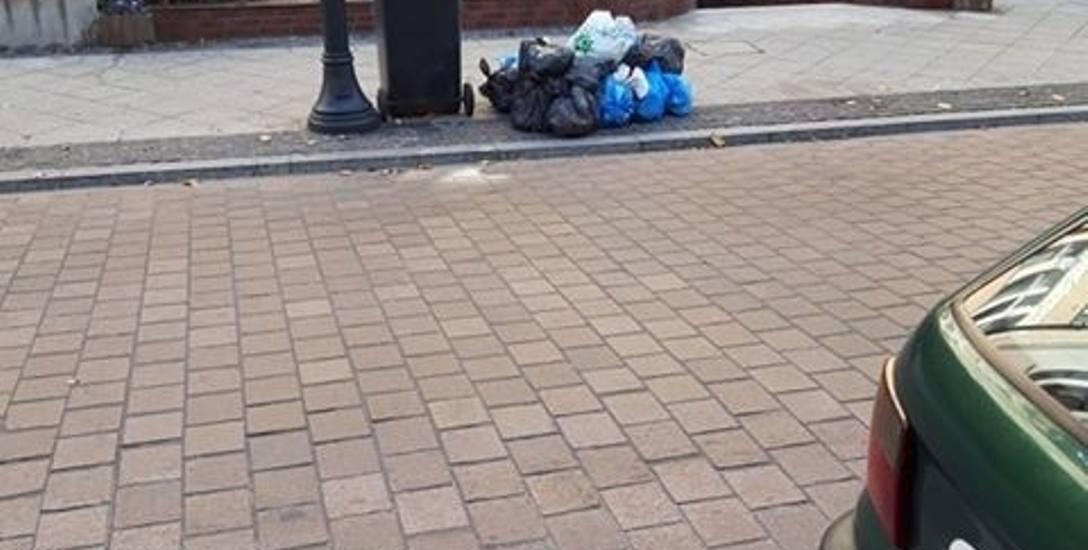 Nieoficjalnie pojawiło się podejrzenie, że ktoś może podrzucać worki ze śmieciami mieszkańcom ulicy Cieszkowskiego.