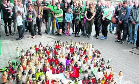 Minutą ciszy i wspólną modlitwą rybniccy kibice uczcili pamięć Krystiana Rempały na stadionie. Setki osób przyszły wczoraj oddać hołd zmarłemu żużlowcowi.