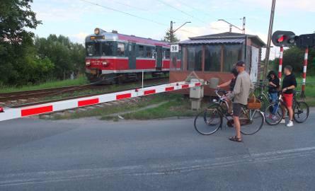 Ruch pociągów ma się odbywać normalnie. utrudnienia czekają pieszych i kierowców.