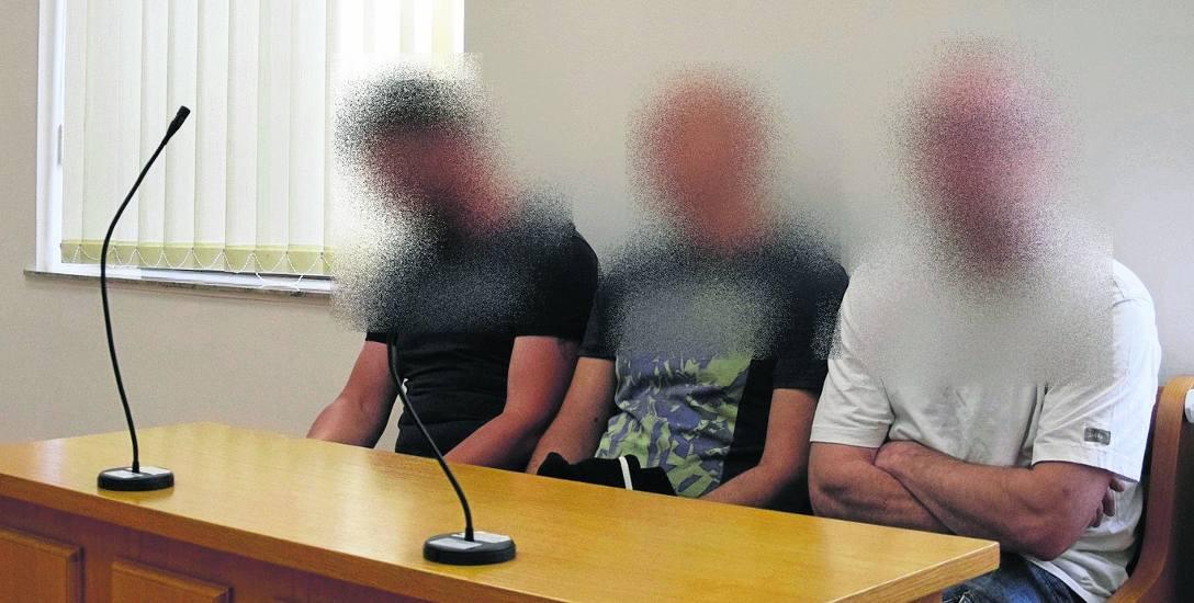 Na ławie oskarżonych zasiedli (od lewej): Krystian P., Piotr K. i Krzysztof S. Nie został wydany wyrok w trybie dobrowolnego poddania się karze. Będzie