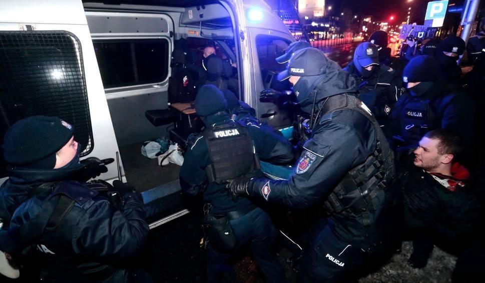Film do artykułu: Warszawa: Strajk Kobiet znów na ulicach, interweniowała policja [ZDJĘCIA] [WIDEO] Kilkanaście osób zostało zatrzymanych