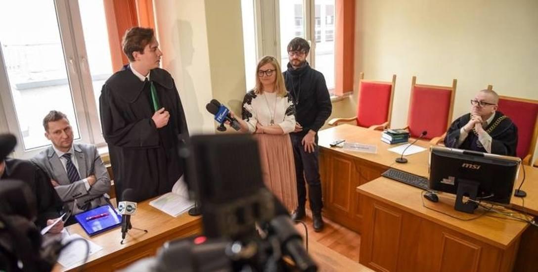 Czy doszło do dyskryminacji Marka Joppa (na zdj.obok adwokata Marka Chudziaka)? Jeśli nie dojdzie do ugody, sprawę rozstrzygnie sąd.