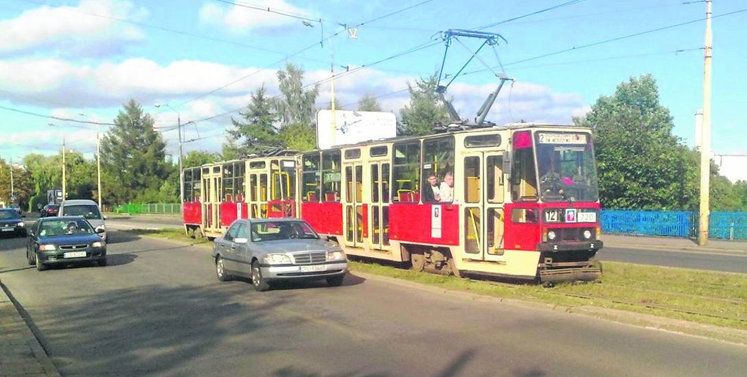 Skład wagonów 720+701 jeszcze na trasie. Widać charakterystyczne przeszklenie  poniżej kabiny motorniczego. To jeden z ocalonych tramwajów