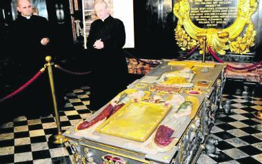 Sarkofag Stefana Batorego był odnawiany już trzykrotnie. Ostatni raz w 2015 r. Z powierzchni cynowych zdjęto nalot, uzupełniono i odświeżono malowidła.