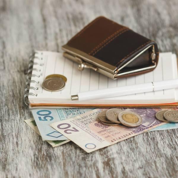 Niższy PIT dla emerytów od października 2019. Od 1.10.2019 emeryci dostaną wyższe emerytury, bo ZUS potrąci im 1 proc. podatku mniej niż dotychczas.