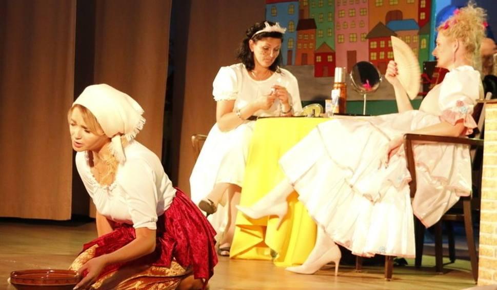 """Film do artykułu: """"Kopciuszek"""" dla przedszkolaków w Staszowie. Rodzice maluchów zamienili się w aktorów [ZDJĘCIA]"""