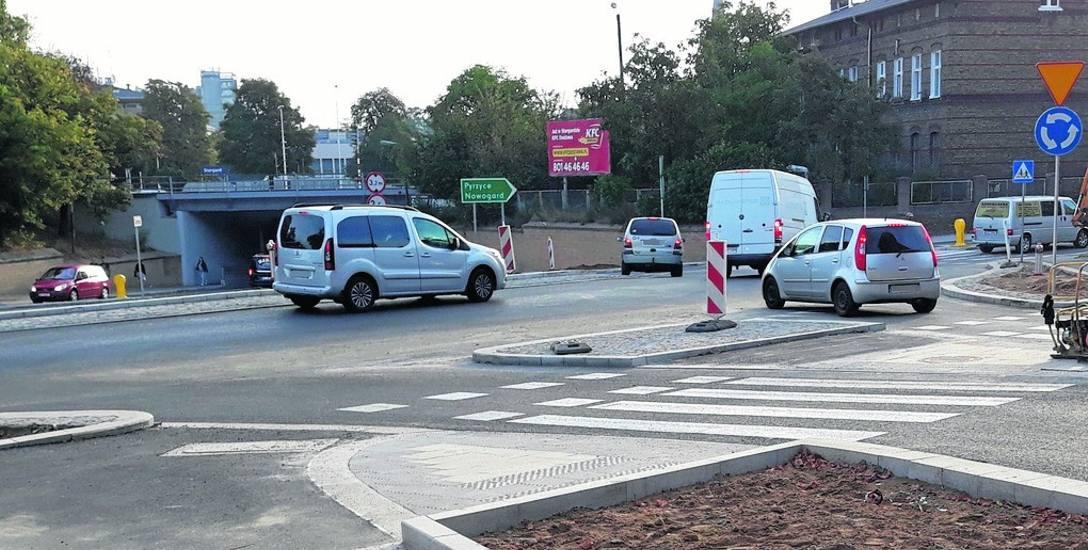 Auta mogą już wjeżdżać od ulicy 11 Listopada na rondo wybudowane przy wiadukcie w centrum Stargardu. W drugą stronę też ruch pojazdów jest już otwarty.