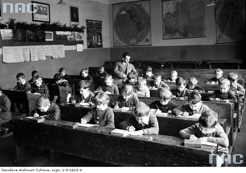 Uczniowie szkoły powszechnej im. Św. Wojciecha w Krakowie w czasie lekcji, 1930 rok.