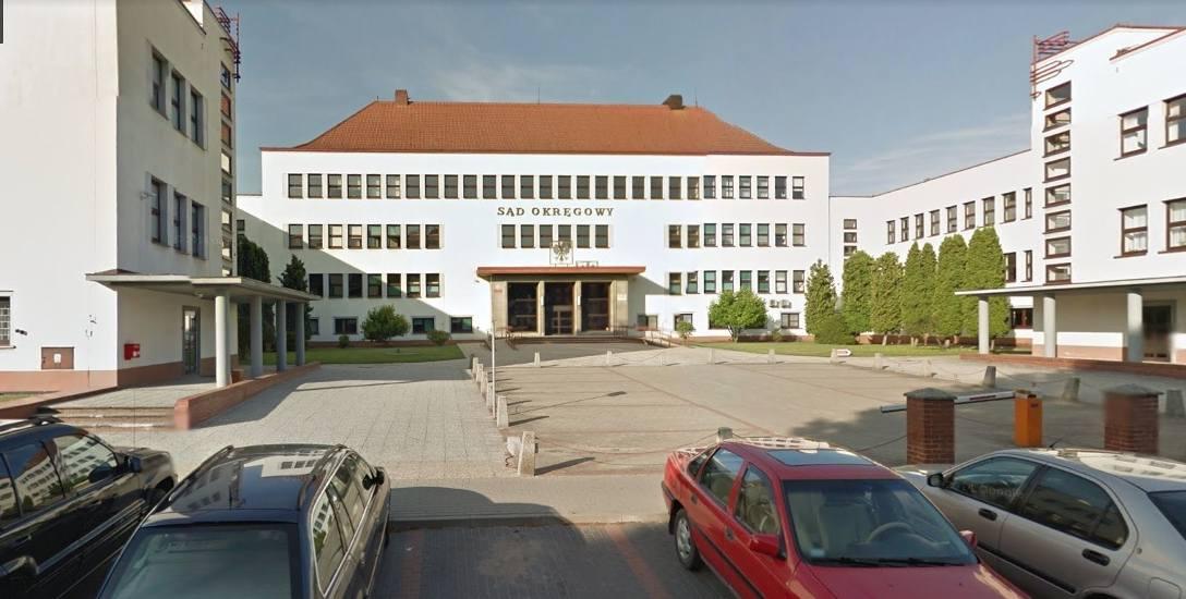 Przed Sądem Okręgowym w Koszalinie toczy się proces trzech oskarżonych. Jeden z nich wcześniej przyznał się i dobrowolnie poddał karze 6 lat więzienia