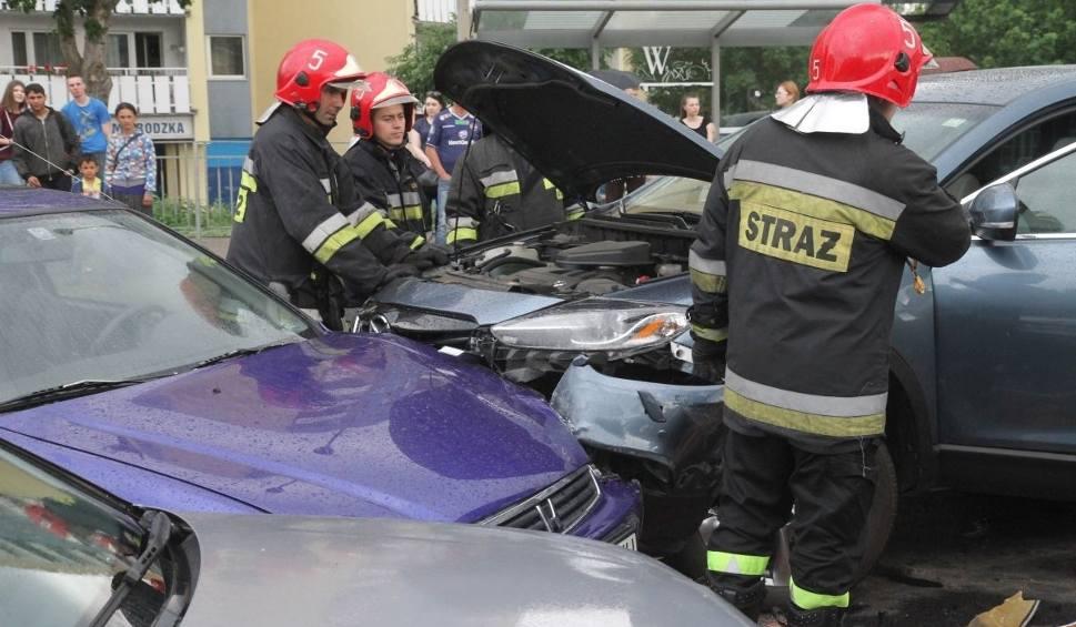 Film do artykułu: Karambol na Żmigrodzkiej. Zderzyło się sześć samochodów (NAGRANIE Z WYPADKU)