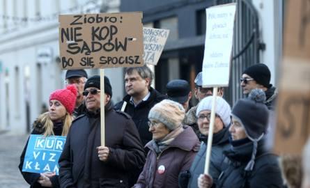 Pikieta KOD-u przeciw niekonstytucyjnej ustawie o sądownictwie