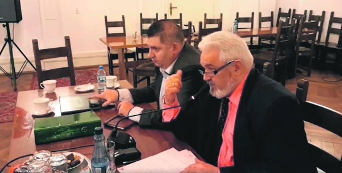 Prezes spółki RCM Zygmunt Baś (z prawej) i wicestarosta powiatu białogardzkiego Piotr Pakuszto na sesji Rady Miasta