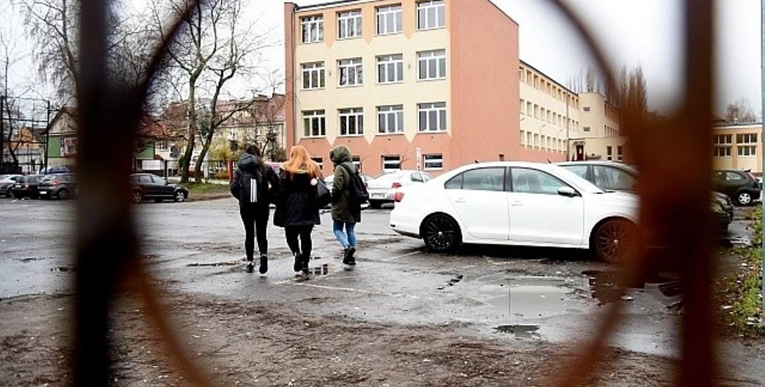 Dziś uczniowie zostawiają auta na dawnym boisku, czy doczekają się prawdziwego parkingu?