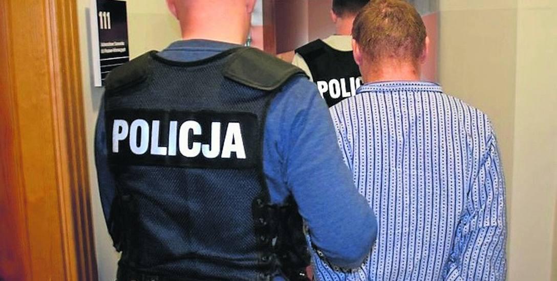 Jeden z oskarżonych doprowadzany przez policję. Sprawcy nie mieli litości nad ofiarą. Popełnili przerażającą zbrodnię.