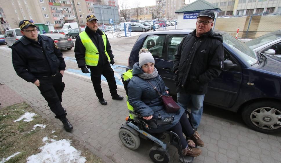 Film do artykułu: Niepełnosprawna na wózku wypchnięta ze sklepu w Kielcach? (WIDEO)