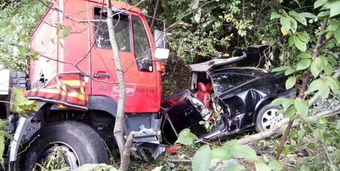 Wypadek w Łęce pod Nowym Sączem, gdzie zderzył się samochód osobowy z cysterną, wiozącą mleko. Sprawcy grozi do ośmiu lat więzienia.
