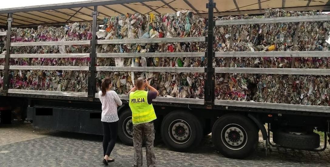 Nielegalny transport odpadów komunalnych zatrzymany został w Dąbrowie pod Niemodlinem przez policyjny patrol.