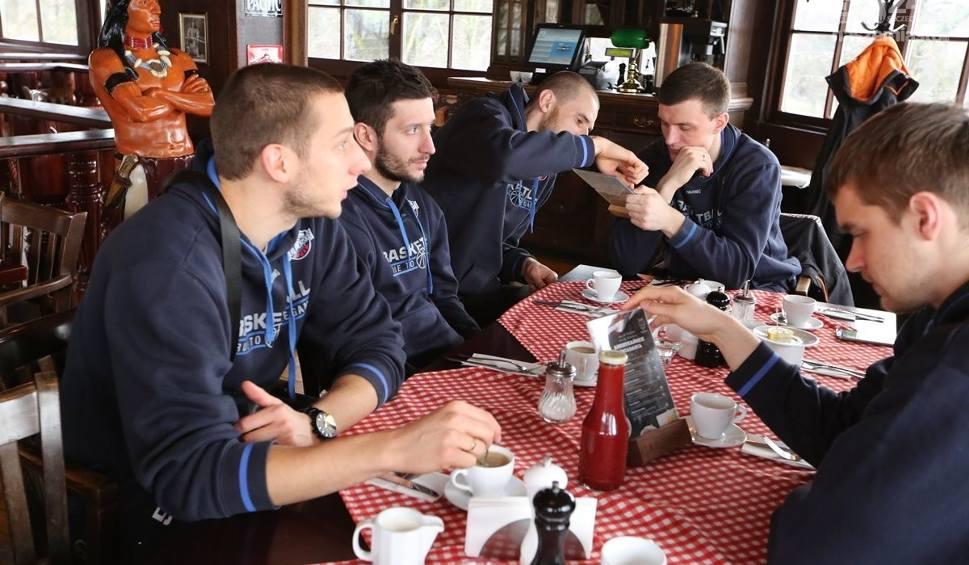 Film do artykułu: Wilki Morskie podczas śniadania zapraszali na mecz. W walentynki drugi bilet za 1 zł