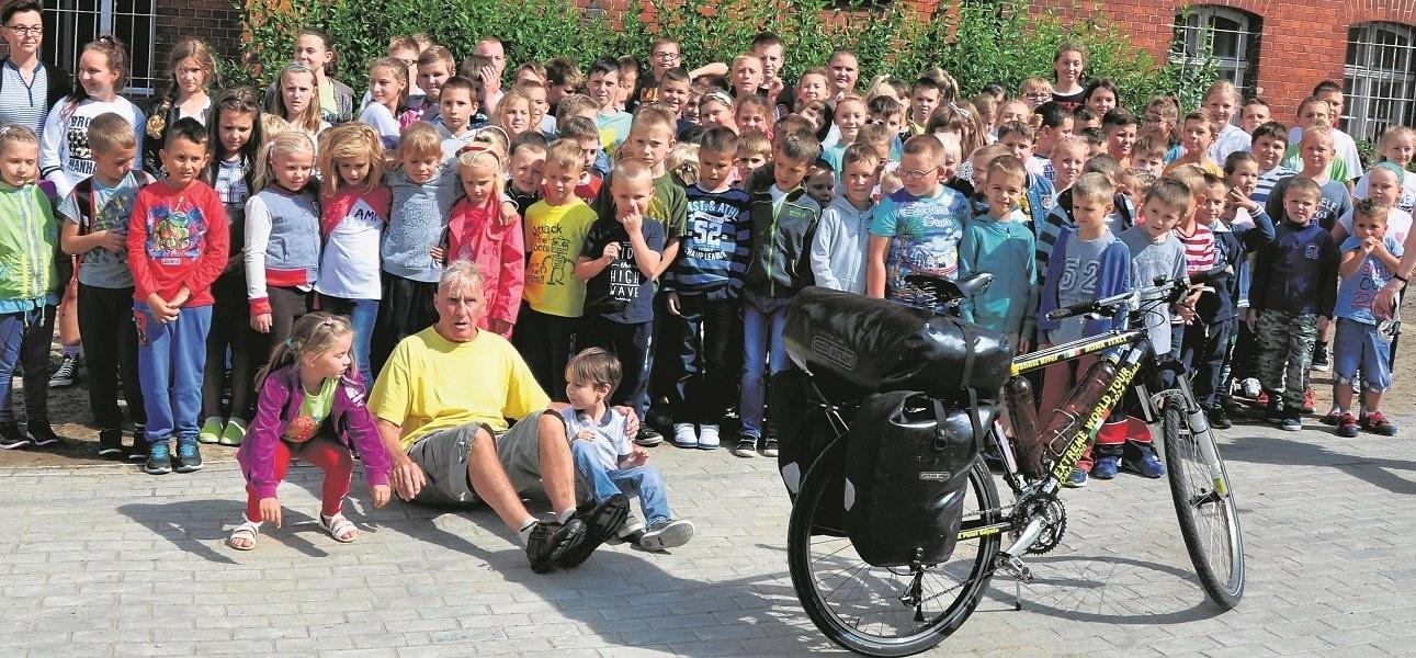 W środę Janusz River spotkał się z uczniami szkoły w Ołoboku. Następnym przystankiem było Międzylesie i wizyta w podstawówce.