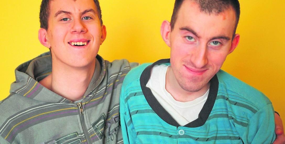 Mateusz i Andrzej od urodzenia mają niedorozwój umysłowy. Tata jest ich całym światem. Marzą, żeby zamieszkać z nim na wsi, w domu babci. Ale ten wymaga