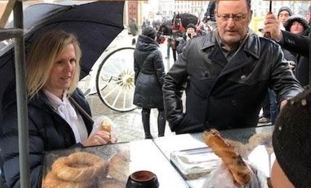 Jean Reno kupuje obwarzanki na krakowskim Rynku [ZDJĘCIA]
