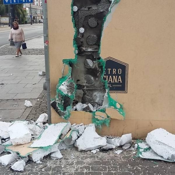 Mural w stylu retro i elewacja budynku przy ulicy Dworcowej, na którym umieszczono malowidło są zniszczone. Tak, niestety, prezentuje się kamienica naprzeciwko