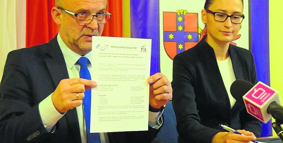 Poniedziałek, Krzysztof Lis i Małgorzata Golińska podpisują porozumienie koalicyjne w powiecie