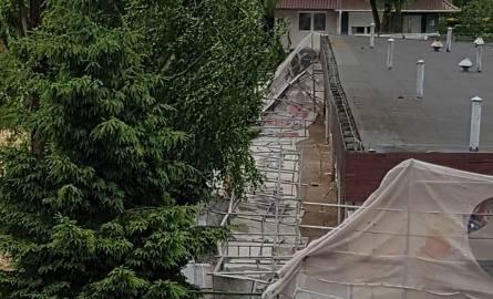 Na plac zabaw przy przedszkolu Kubusia Puchatka w Słupsku przewróciło się rusztowanie. Informację i zdjęcia dostaliśmy na alarm@gp24.pl. Internauci informują