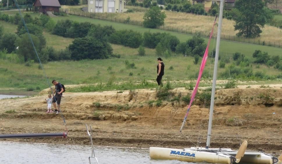 Film do artykułu: Jezioro Mucharskie. Zostali bez plaży i 5 mln zł unijnej dotacji. Wina rządu?