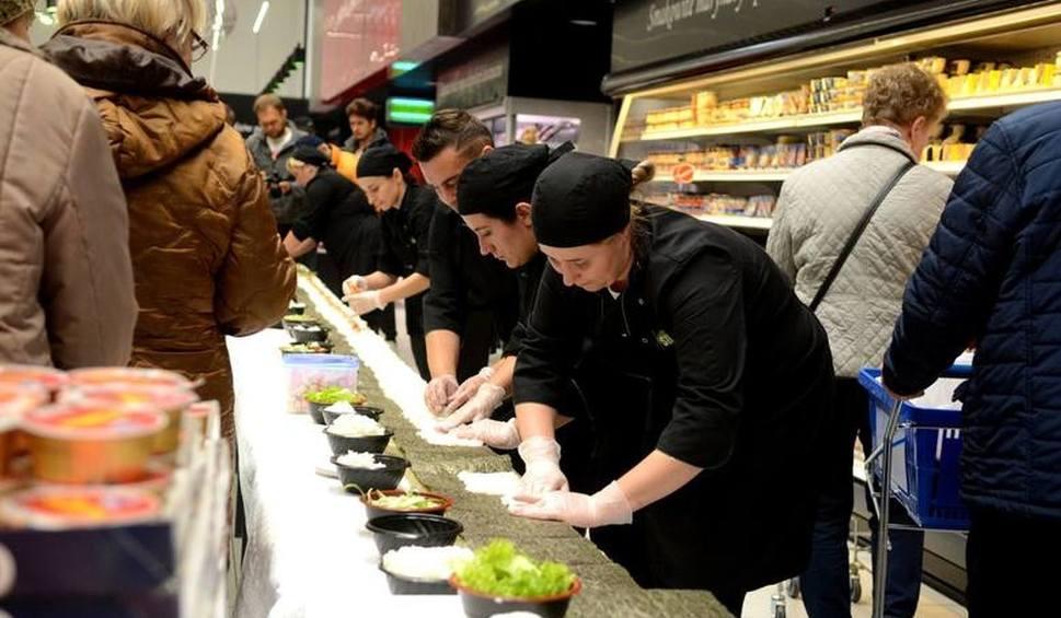 """Film do artykułu: Rekodowa rolka sushi powstała na czwarte urodziny """"Jatojemsushi"""" w hipermarkecie E.Leclerc"""