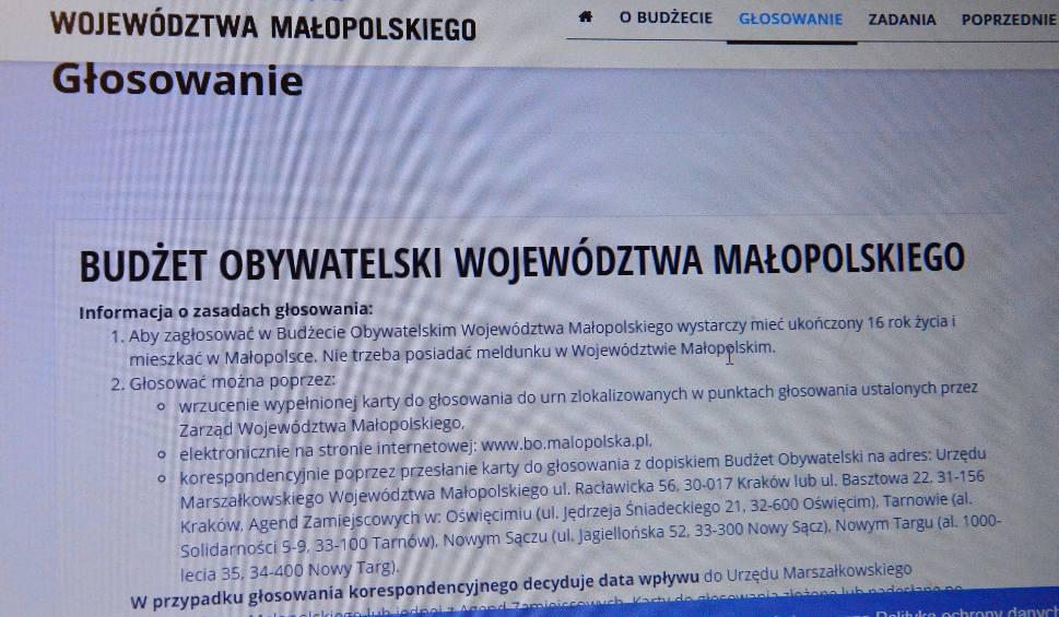 Film do artykułu: Powiat myślenicki. Oddajesz głos, zyskujesz chodnik albo fortepian
