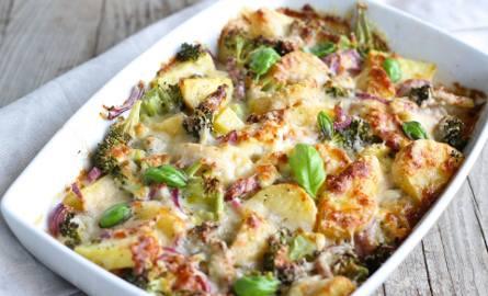 Zapiekanka ziemniaczana jest prostym daniem i nie wymaga od nas wielkich umiejętności kulinarnych