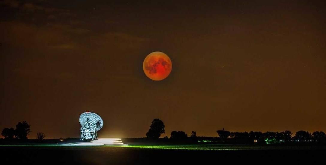 Księżyc, pamiątka po wielkiej katastrofie sprzed czterech miliardów lat, nad radioteleskopem obserwatorium astronomicznego Uniwersytetu Mikołaja Kop
