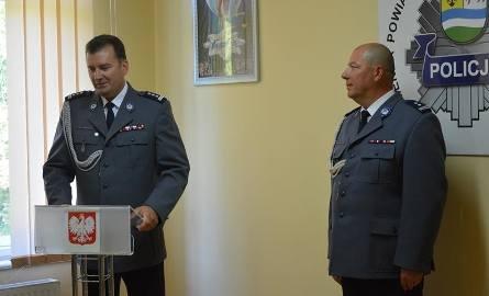 Zastępca komendanta wojewódzkiego mł. insp. Mirosław Kruszelnicki (z lewej) oraz nowy komendant komendy powiatowej policji w Krośnie Odrzańskim, mł.