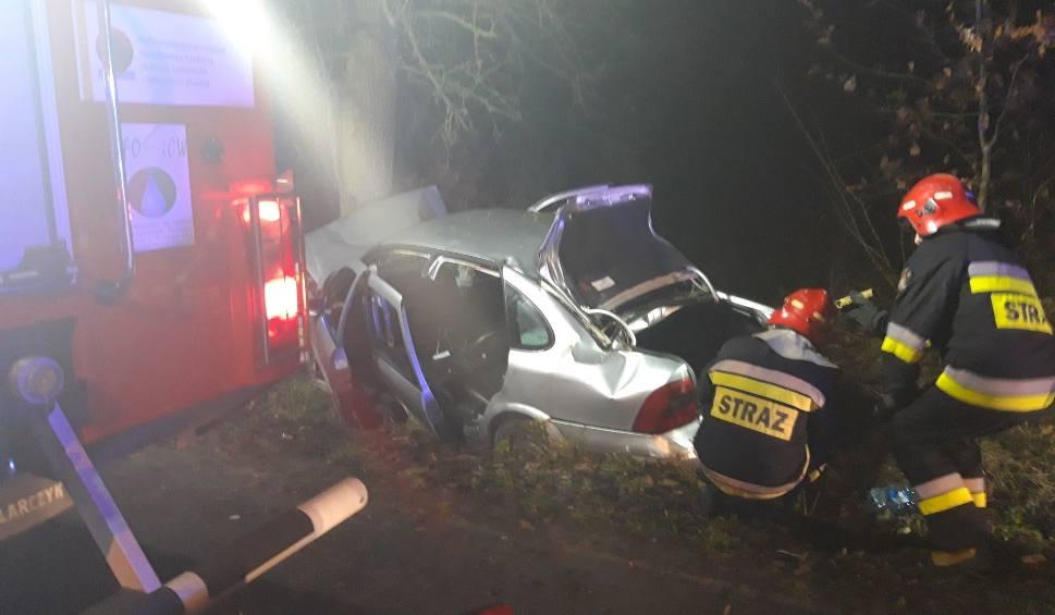 Film do artykułu: Śmiertelny wypadek w miejscowości Lipie. Kierowca wiózł siedmiu pasażerów, także w bagażniku