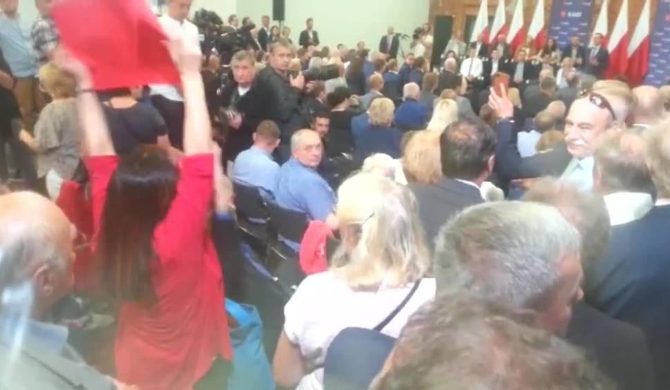 Film do artykułu: Kobieta brutalnie wyprowadzona ze spotkania z premierem Mateuszem Morawieckim złożyła na policji zawiadomienie o napaść