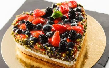 Pomysł na szybki walentynkowy tort owocowy [PRZEPIS]