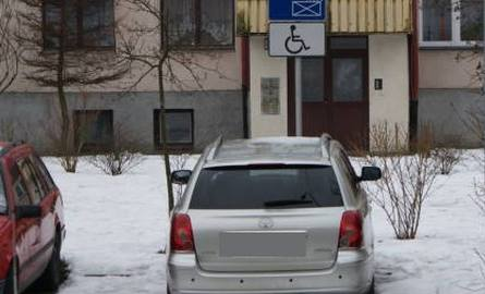 Samochód zaparkowany na miejscu dla osoby niepełnosprawnej.