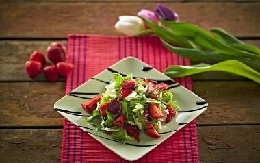 Wiosenna sałatka z sałatą, truskawkami i bazylią. Zobaczcie przepis!