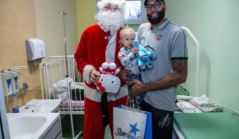 Film do artykułu: Ale wysoki Mikołaj! Spójnia Stargard z prezentami i życzeniami na oddziale dziecięcym stargardzkiego szpitala ZDJĘCIA, WIDEO