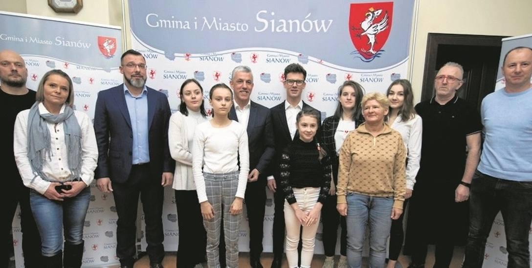 Burmistrz przyznał cztery stypendia kulturalne, trzy sportowe i sześć nagród dla zawodników, którzy uzyskali wy wysokie wyniki sportowe na arenie międzynarodowej