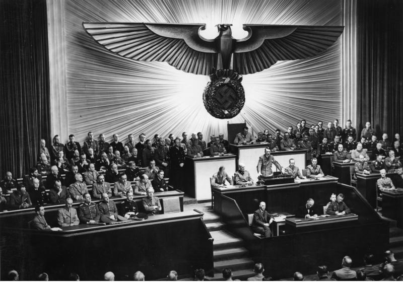 Hitler w trakcie przemówienia w Krolloper, która pełniła funkcję Reichstagu, 11 grudnia 1941