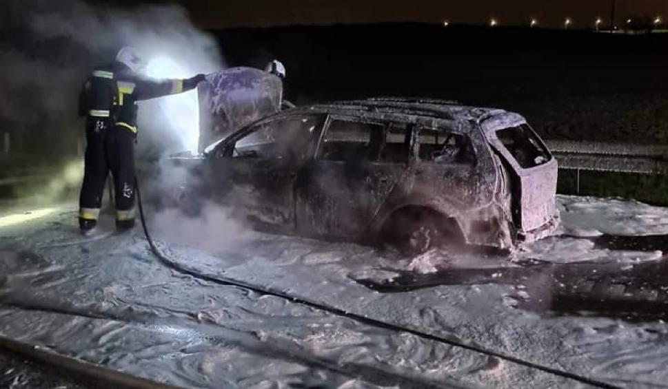 Film do artykułu: Pożar samochodu na S7 w Borkowie! 2.05.2021 r. Nikt nie został ranny. Na miejscu pracowały trzy zastępy straży pożarnej