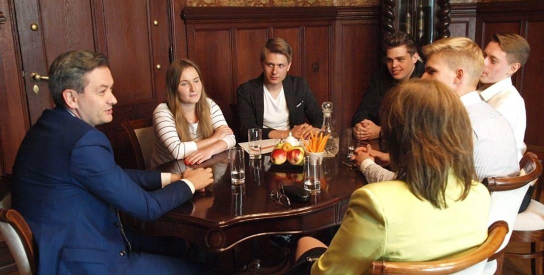 Młodzieżowe Forum Powiatu Słupskiego i Miasta Słupsk powstało z inicjatywy Pawła Skrzypca (trzeci od lewej). Skupia młodzież z całego regionu, która