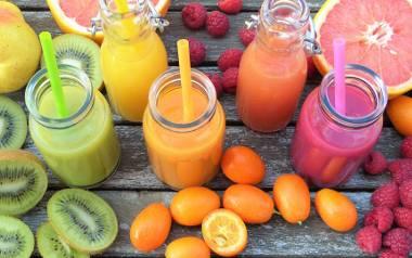 Świeżo wyciskane soki pozwolą na dostarczanie do organizmu większej różnorodności warzyw, ziół, traw, kiełków czy owoców.