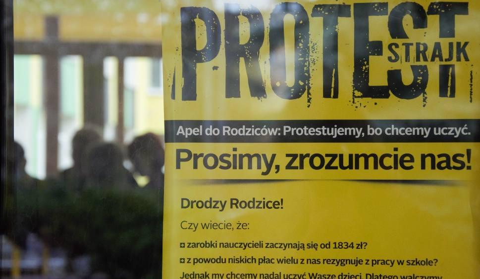 """Film do artykułu: Nauczyciele """"Prymasówki"""" w Tarnobrzegu zawiesili strajk, żeby wystawić oceny"""