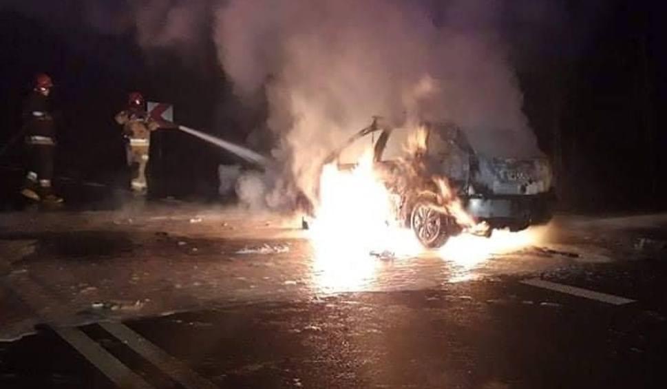 Film do artykułu: Strażacy ugasili płonący samochód w gminie Magnuszew przy zjeździe na Studzianki