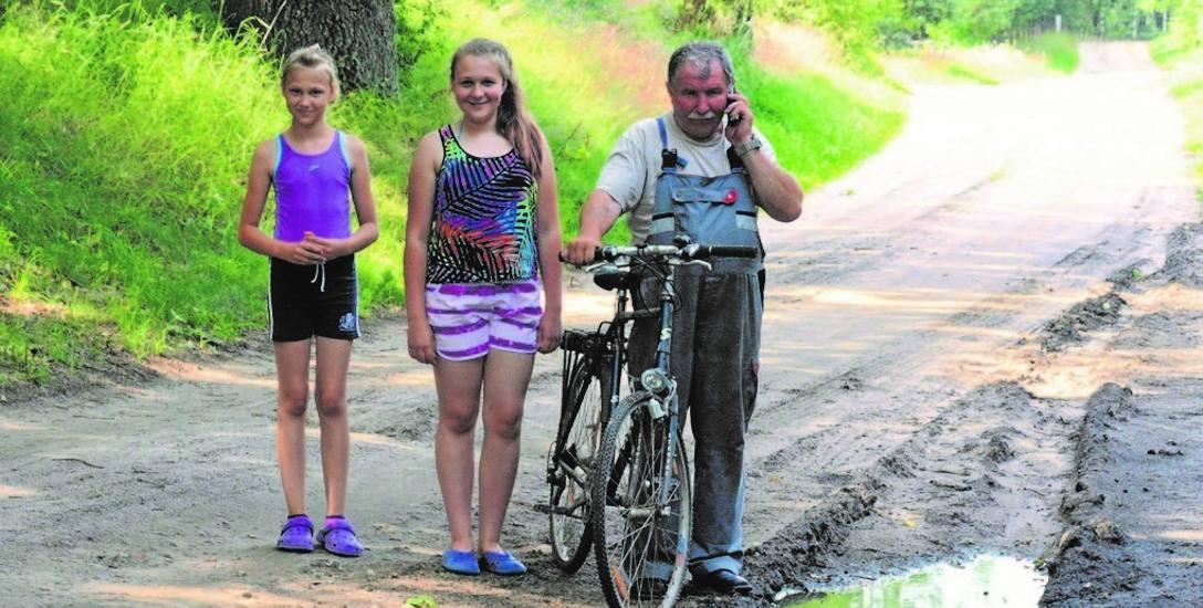 Sołtys Jerzy Ślaza z wnuczkami ze Szczecinka, które spędzają na wsi wakacje