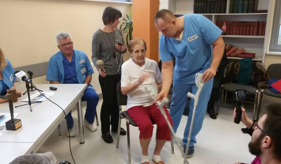 Film do artykułu: Lekarze z Zabrza wydrukowali i wszczepili biodro 78-letniej kobiecie