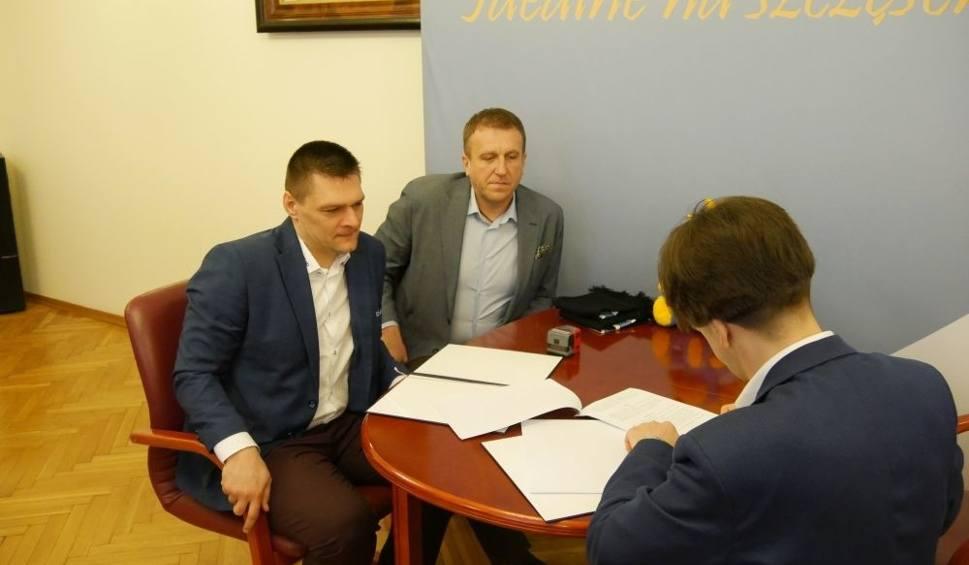 Film do artykułu: Burmistrz Kozienic podpisał umowę partnerstwa z Cerrad Czarnymi Radom. Cel to rozwój siatkówki w gminie